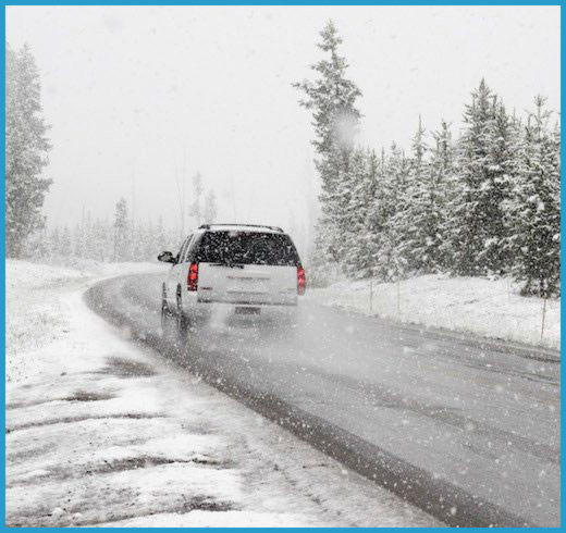 Быстро едущий джип по зимней дороге